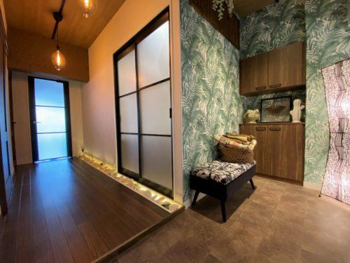 【明石市】心地よい癒しの空間「リゾートスタイルのリノベーション」見学会。ユニハイム明石318号室。シューズクローゼットを設け、暗くなりがちな玄関を明るくしました。