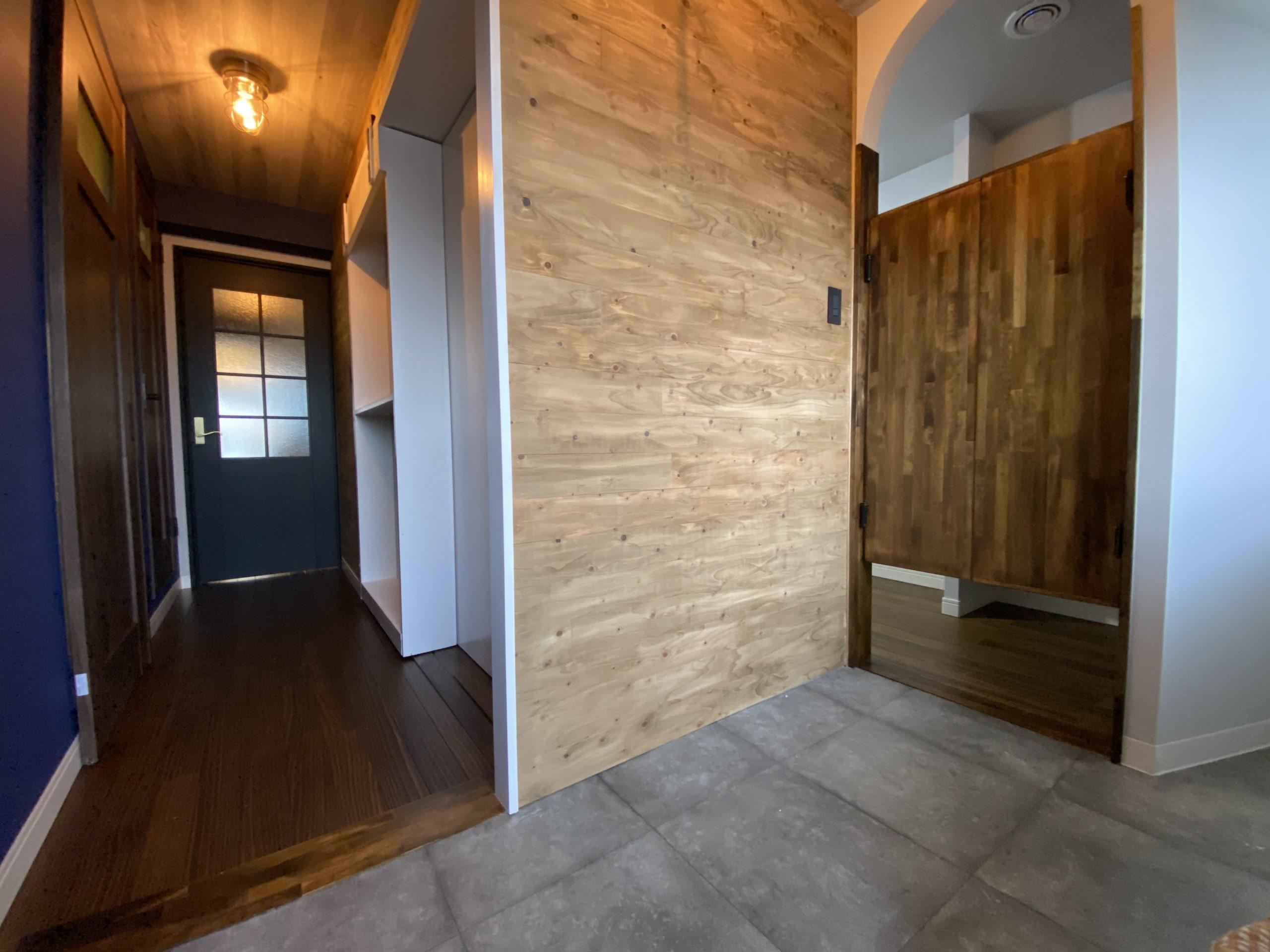 【明石市】海が見えるお部屋「ヴィンテージリゾート」明石アーバンライフ619号室。土間を新設し暗くなりがちな玄関も広く明るく開放的に。スイングドアからウォークインクローゼットへ入れる実用的かつ便利仕様。