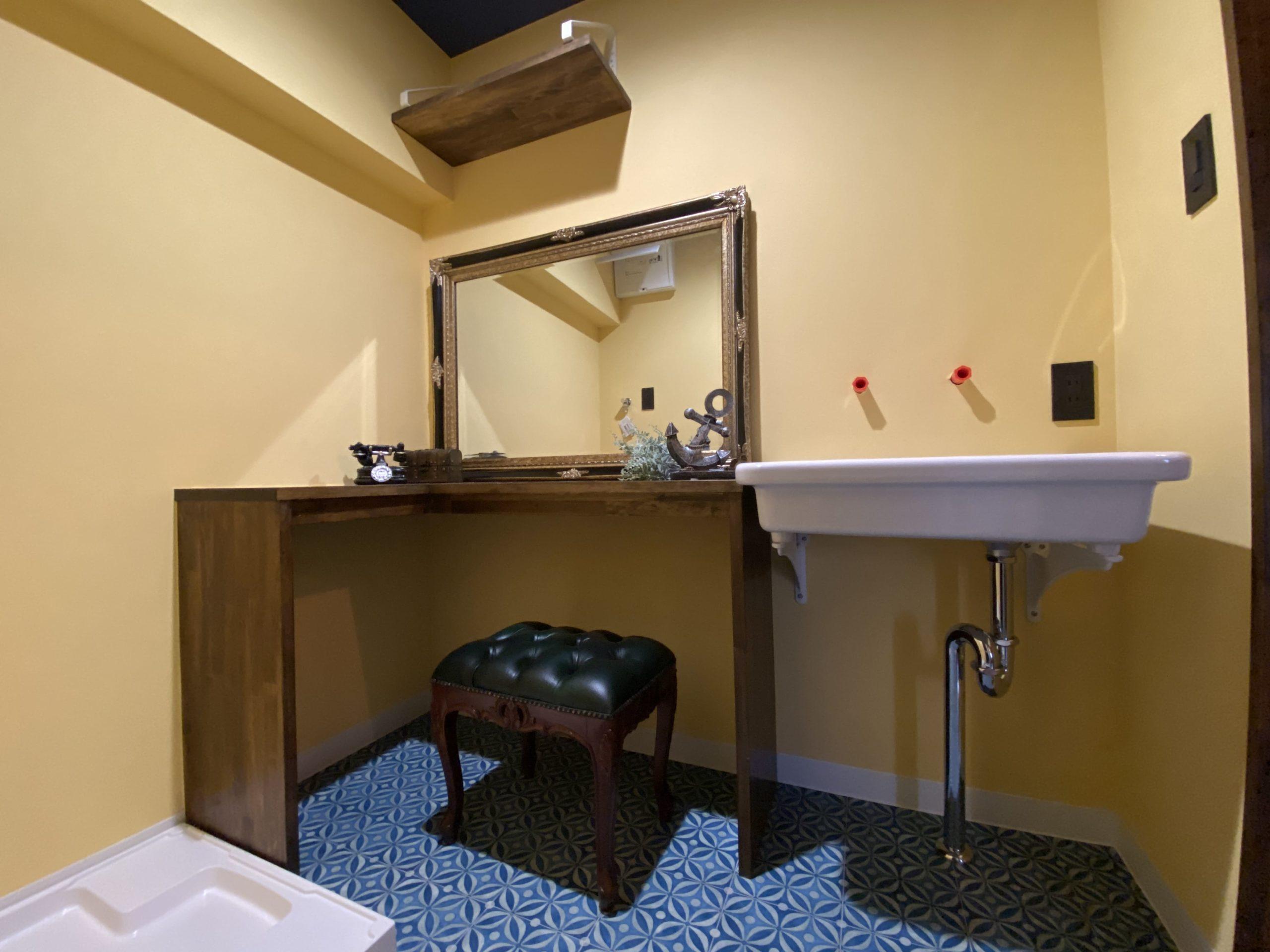 【明石市】海が見えるお部屋「ヴィンテージリゾート」明石アーバンライフ619号室。どこか遠い異国の雰囲気漂うアンティーク家具と調和したWASHROOM。