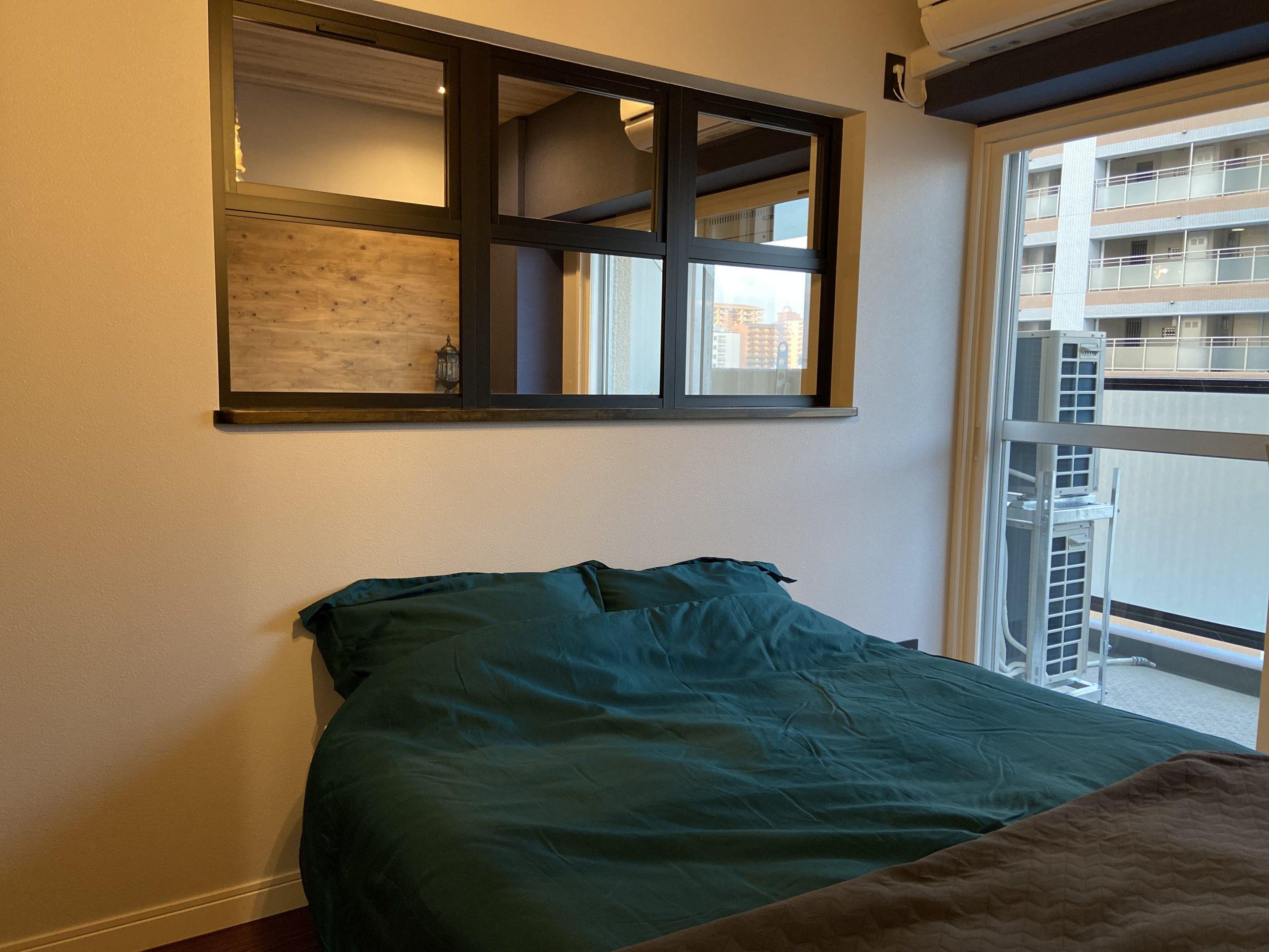 【明石市】海が見えるお部屋「ヴィンテージリゾート」明石アーバンライフ619号室。室内窓で明るく開放的に。バルコニー越しに見える海の景色をリビングにいながら眺められる贅沢な工夫。
