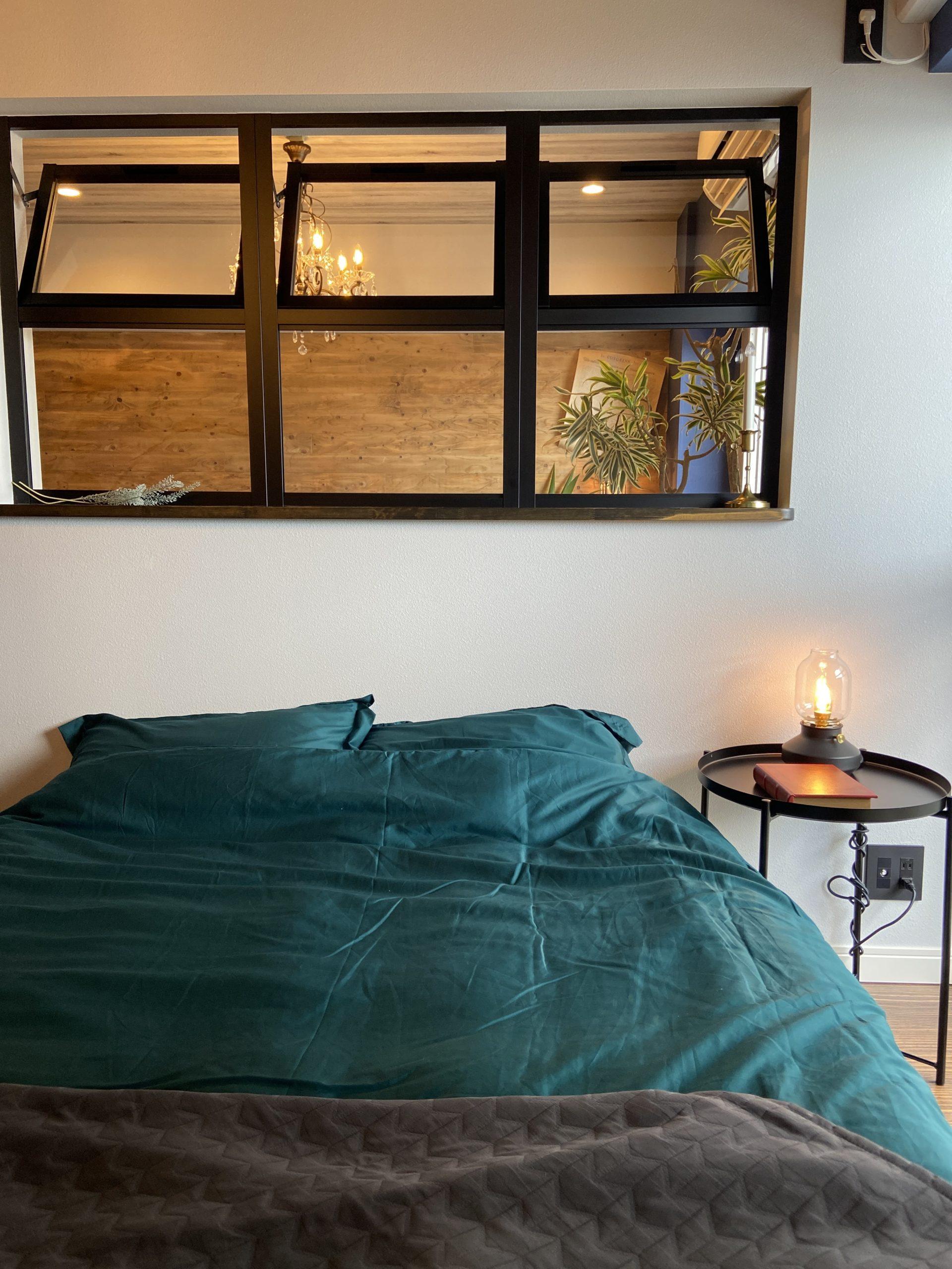 【明石市】海が見えるお部屋「ヴィンテージリゾート」明石アーバンライフ619号室。ステージング後の寝室(BEDROOM)。室内窓で明るく開放的に。